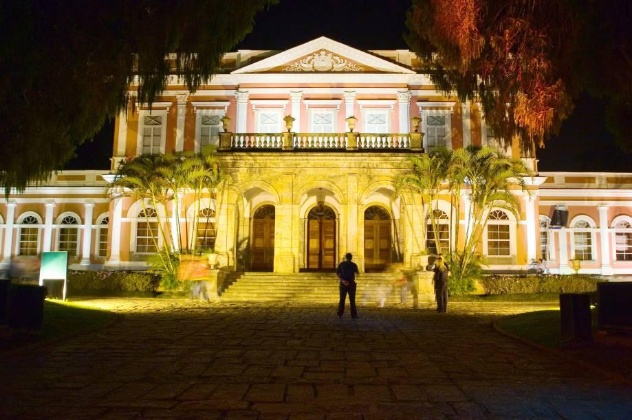 """À noite, o <a href=""""http://viajeaqui.abril.com.br/estabelecimentos/br-rj-petropolis-atracao-museu-imperial"""" rel=""""Museu Imperial"""" target=""""_blank"""">Museu Imperial</a> abre seu jardim para o espetáculoSom e Luz, que conta a história de Dom Pedro II"""