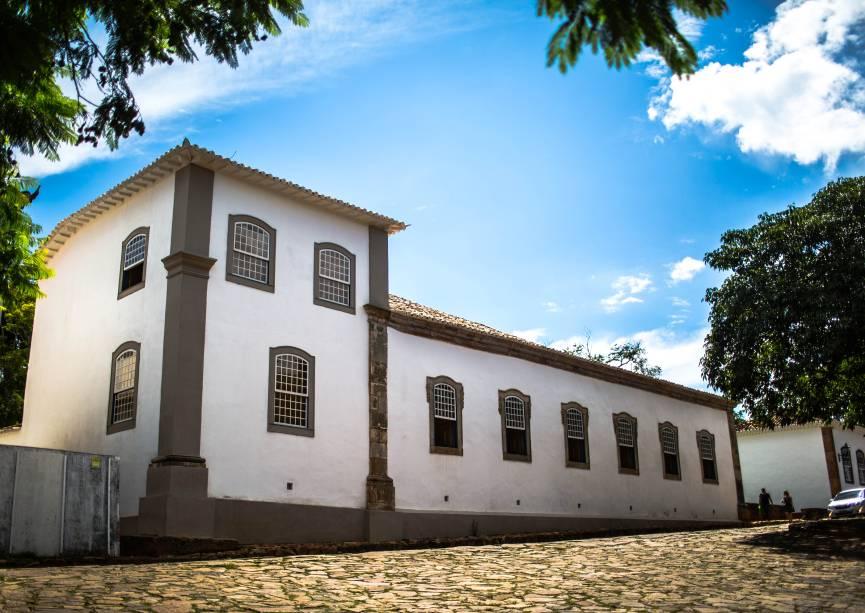 """O <a href=""""https://www.ufmg.br/frmfa/museu-padre-toledo/"""" target=""""_blank"""" rel=""""noopener""""><strong>Museu Casa Padre Toledo</strong></a>, emTiradentes, foi aberto no final de 2012 com a proposta de valorizar, além da história do inconfidente, a construção em si. Uma das salas, por exemplo, transporta ao século 18. Com apenas um longo sofá no centro, ela convida o visitante a admirar a pintura do teto, ouvindo o barulho das charretes que passam pelas ruas de pedra lá fora"""