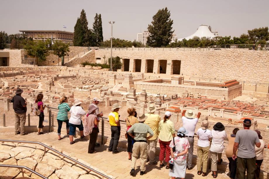<strong>Museu de Israel</strong> (local sagrado para o judaísmo, o islamismo e o cristianismo)Tem uma vasta coleção de arte, arqueologia e documentação histórica. As maiores preciosidades são os manuscritos do Mar Morto, encontrados em 1947 nas cavernas da região do enorme lago salgado, ao sul de Jerusalém