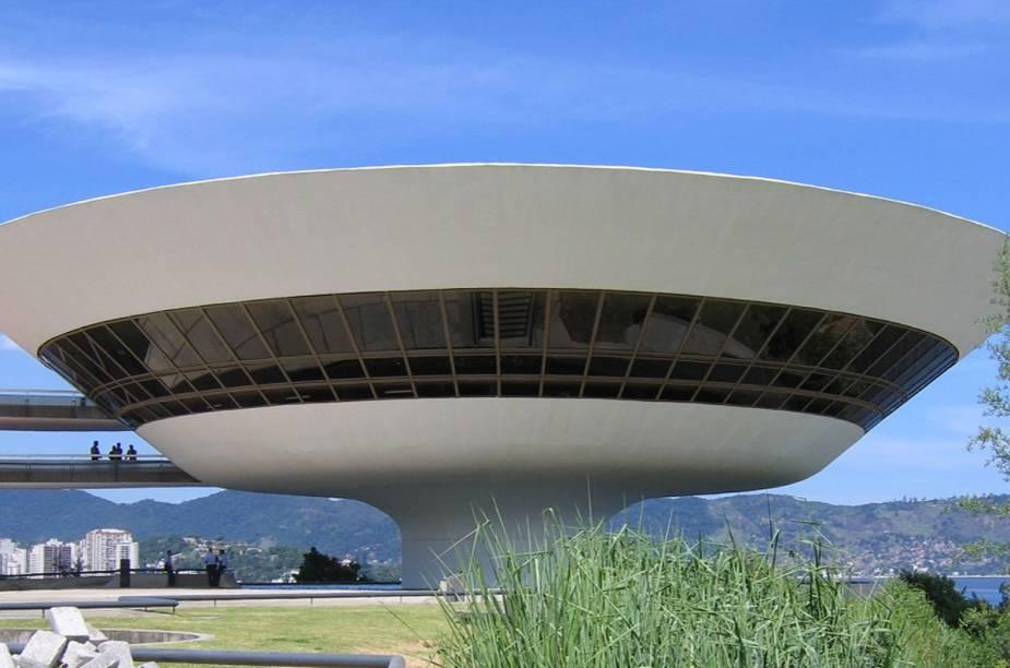 """<strong><a href=""""http://viajeaqui.abril.com.br/estabelecimentos/br-rj-niteroi-atracao-museu-de-arte-contemporanea"""" rel=""""Museu de Arte Contemporânea"""" target=""""_blank"""">Museu de Arte Contemporânea</a>, <a href=""""http://viajeaqui.abril.com.br/cidades/br-rj-niteroi"""" rel=""""Niterói (RJ)"""" target=""""_blank"""">Niterói (RJ)</a></strong>                                            Se estiver em Niterói ou na vizinha Rio de Janeiro e a chuva apertar, passe no Museu de Arte Contemporânea (MAC). Projetado por <a href=""""http://viajeaqui.abril.com.br/materias/oscar-niemeyer-arquitetura"""" rel=""""Oscar Niemeyer"""" target=""""_blank"""">Oscar Niemeyer</a>, o espaço possui corredores e janelas minuciosamente pensados pra manter a beleza do lado de fora ao alcance dos olhos. Mesmo pequeno o acervo está à altura do projeto, com quadros de Jorge Guinle e Lygia Clark, esculturas de Amílcar de Castro e Iberê Camargo, além de instalações de Hélio Oiticica.                                            <strong>Quando</strong>: de terça a domingo, das 10h às 18h.                                            <strong>Quanto:</strong> R$ 10. Grátis às quartas-feiras."""