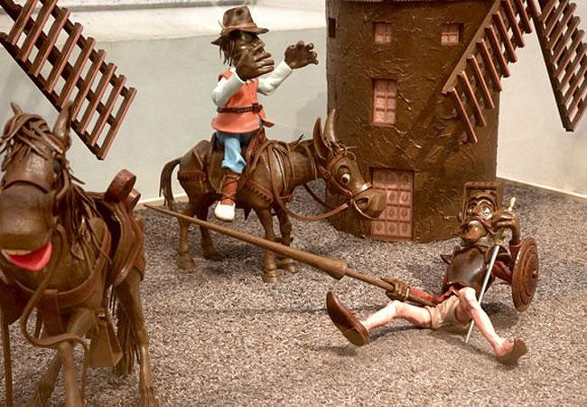 """<strong><a href=""""http://www.museuxocolata.cat/"""" rel=""""Museu de la Xocolata"""" target=""""_blank"""">Museu de la Xocolata</a> <a href=""""http://viajeaqui.abril.com.br/cidades/espanha-barcelona"""" rel=""""(Barcelona)"""" target=""""_blank"""">(Barcelona)</a></strong>    Inaugurado em 2000, o espaço de 600 metros quadrados está localizado no edifício histórico do convento de Santo Agostinho. O Museu de La Xocolata apresenta um passeio não apenas pela história, mas também pelo valor simbólico, cultural, econômico e nutritivo do chocolate.    Objetos históricos e espaços cenográficos e interativos compõem a atmosfera do local, onde os visitantes podem degustar chocolate, ver esculturas, imagens e vídeos. O estabelecimento ainda oferece oficinas em grupo, workshops e visitas guiadas"""