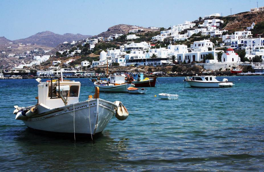 """<strong><a href=""""http://viajeaqui.abril.com.br/cidades/grecia-mykonos"""" rel=""""Mykonos"""" target=""""_self"""">Mykonos</a>, <a href=""""http://viajeaqui.abril.com.br/paises/grecia"""" rel=""""Grécia"""" target=""""_self"""">Grécia</a></strong>                Vielas estreitas, com casinhas brancas e uma visão esplêndida do pôr do sol. Essa bela ilha, uma das mais famosas do país, encanta turistas do mudo inteiro com sua vida noturna agitada e bem conhecida pela diversidade – ou seja, totalmente gay friendly. Também prepare-se para encontrar muitos bares e restaurantes frequentados por muita gente descolada                <em><a href=""""http://www.booking.com/region/gr/mykonos.pt-br.html?sid=5b28d827ef00573fdd3b49a282e323ef;dcid=1?aid=332455&label=viagemabril-as-mais-belas-praias-do-mediterraneo"""" rel=""""Veja preços de hotéis em Mykonos no Booking.com"""" target=""""_blank"""">Veja preços de hotéis em Mykonos no Booking.com</a></em>"""
