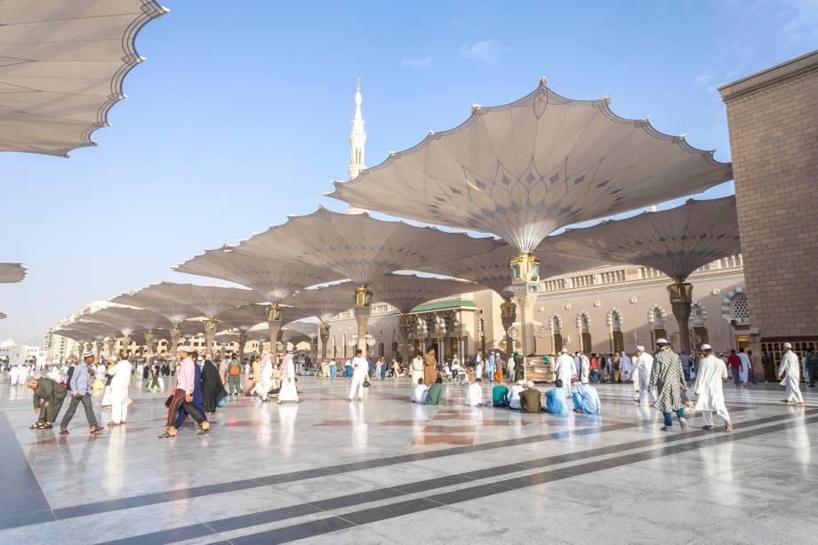 Foi construída pelo Profeta Maomé e ficava ao lado de sua casa em Medina, para onde se mudou em 622. É o segundo lugar mais sagrado do Islã, a segunda mesquita construída no mundo e a segunda maior do mundo, perdendo só para a Al Haram. A construção original era um edifício descoberto – a mesquita ainda conserva muitas áreas abertas, que hoje estão cobertas por essas sombrinhas gigantes e belas (foto). Ainda que tenha passado por muitas reformas, a planta básica de Al Nabawi se manteve e inspirou a arquitetura de diversas mesquitas ao redor do mundo. Na época de sua construção, ela também serviu como centro comunitário, corte marcial e escola religiosa. No centro da mesquita, hoje, está a Cúpula Verde, o mausoléu que guarda o corpo do Profeta Maomé
