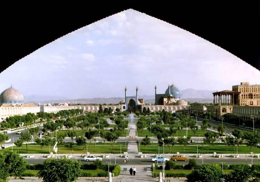 """<strong>Praça Naghsh-e Jahan – Isfahan – <a href=""""http://viajeaqui.abril.com.br/paises/ira"""" target=""""_blank"""" rel=""""noopener"""">Irã</a></strong> Localizada no centro da cidade de Isfahan, é uma das maiores praças do mundo, com 89.600 metros quadrados. É rodeada por edifícios maravilhosos e importantes da era safávida (uma das mais importantes dinastias persas): a Mesquita Shah ao sul, o Palácio de Ali Qapu a oeste, e a belíssima e impressionante <a href=""""http://viajeaqui.abril.com.br/materias/mesquitas-mais-sagradas-e-belas-do-mundo#9"""" target=""""_blank"""" rel=""""noopener"""">Mesquita Sheikh Lotfollah</a> a leste, uma das mais belas do mundo. Entrando na Mesquita Sheikh Lotfollah e saindo pelo seu portão norte, chega-se ao Grand Bazar de Isfahan, outra atração imperdível da cidade"""