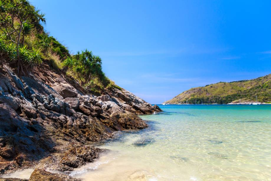 """<strong>Nai Harn Beach, Phuket,<a href=""""http://viajeaqui.abril.com.br/paises/tailandia"""" rel=""""Tailândia"""" target=""""_self"""">Tailândia</a></strong>A praia é pequena e aconchegante, com um mar calmo e atrativo para famílias com crianças. A baía é cercada por pequenas ilhas. Há um lago nos arredores – o que deixa a paisagem ainda mais pitoresca<em><a href=""""http://www.booking.com/region/th/phuket.pt-br.html?aid=332455&label=viagemabril-praias-da-malasia-tailandia-indonesia-e-filipinas"""" rel=""""Veja preço de hotéis em Phuket no Booking.com"""" target=""""_blank"""">Veja preço de hotéis em Phuket no Booking.com</a></em>"""
