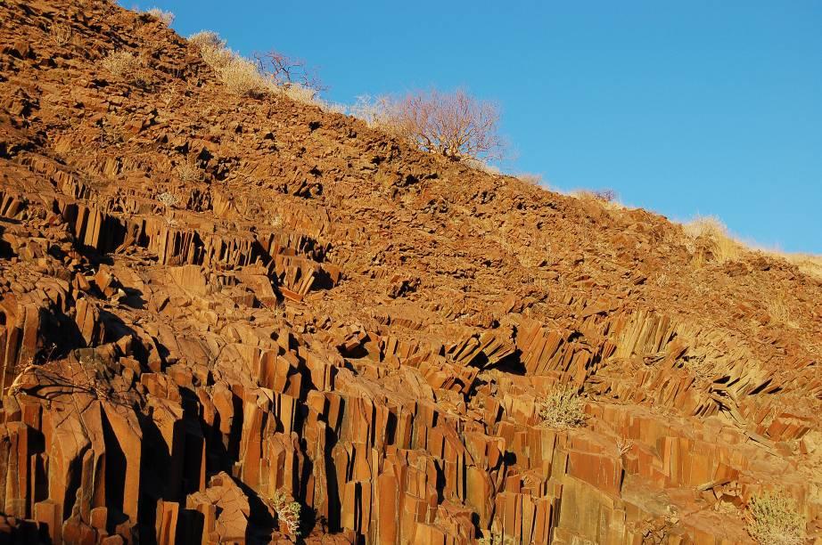 """<strong><a href=""""http://www.judy.com.br/"""" rel=""""JUDY"""" target=""""_blank"""">JUDY</a></strong>            <strong>O QUE ELA FAZ POR VOCÊ</strong>            Percorre as paisagens da Namíbia.            <strong>PACOTE</strong>            Em nove noites confortáveis, o tour passa por Swakopmund, no Atlântico; Sossusvlei, de majestosas dunas alaranjadas; Damaraland e suas formações rochosas; Etosha, para um safári; e Windhoek. Entre os passeios, há visita a uma vila do povo Damara e ao aglomerado de rochas Organ Pipes (foto). Desde US$ 2 299 (sem aéreo)."""