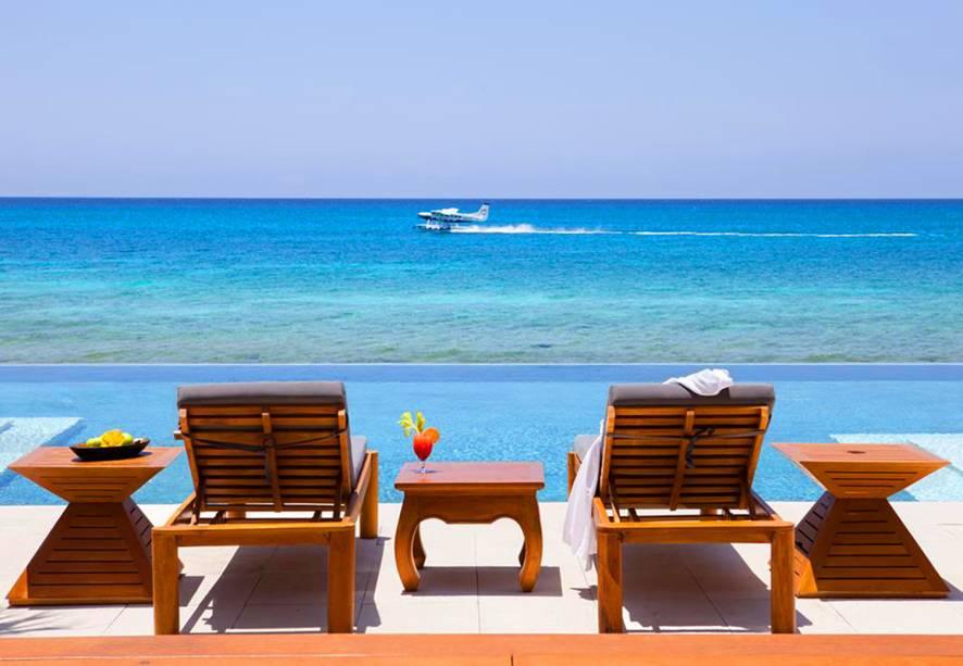 O mar do Caribe ganha contornos cinematográficos a partir da piscina, de onde se pode observar lanchas e barcos. O azul intenso de ambos faz com que eles pareçam se complementar