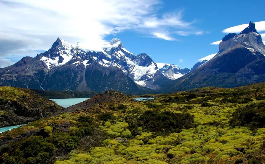 """Do lado da Patagônia chilena, a principal atração turística é o <strong><a href=""""http://viajeaqui.abril.com.br/cidades/chile-torres-del-paine"""" rel=""""Parque Nacional Torres del Paine"""" target=""""_blank"""">Parque Nacional Torres del Paine</a>, </strong>tombado pela Unesco desde 1978.Localizado a 110 quilômetros ao norte da cidade de Puerto Natales, de onde é possível acessá-lo, ele guarda torres de granito que atraem escaladores do mundo inteiro"""