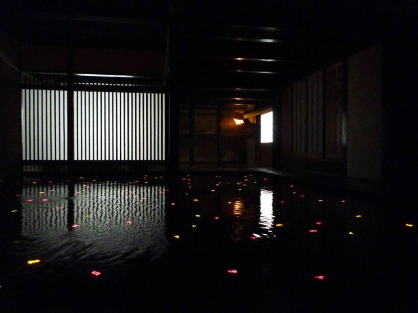 O Projeto Casa de Arte resgatou seis edifícios abandonados no povoado de Honmura, na ilha de Naoshima, e os ocupou com obras de artistas contemporâneos criadas especificamente para os locais. Do lado de fora, elas parecem casas tradicionais japonesas normais, mas por dentro... Quanta diferença!