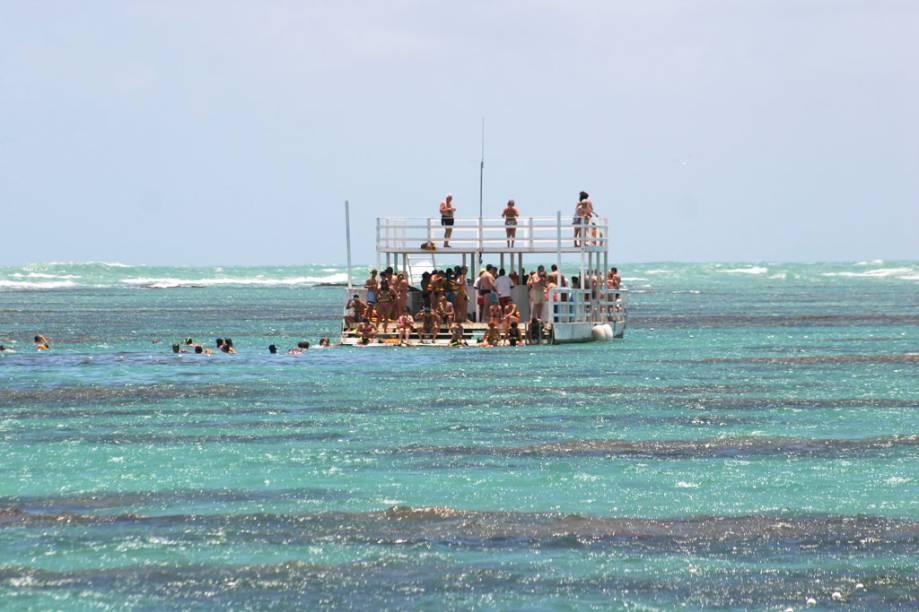 Um passeio de barco no mar de corais de <strong>Parrachos de Maracajaú</strong>, no distrito de Maxaranguape, a 57 quilômetros de Natal