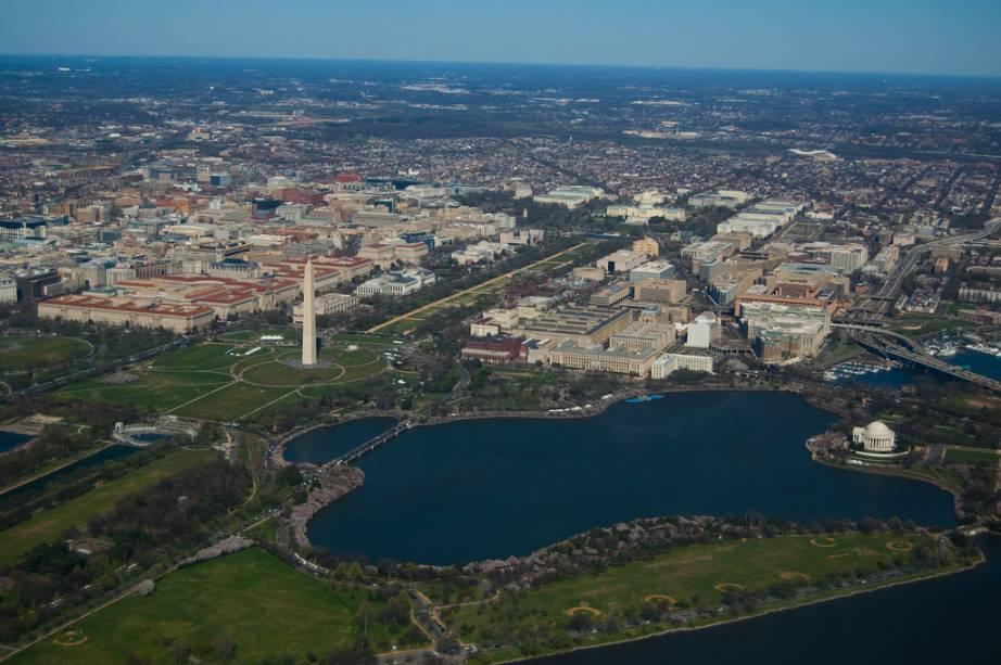 Vista aérea de Washington DC. O National Mall é o eixo de parques e monumentos entre o Capitólio e o Lincoln Memorial, com o obelisco em homenagem a Washington mais ou menos em seu centro. Em primeiro plano, o Tidal Basin, com o Jefferson Memorial às suas margens (à direita)