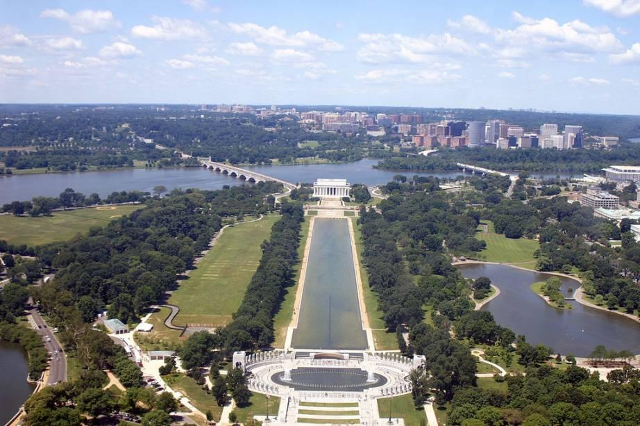 Vista aérea do eixo oeste do National Mall, com o Memorial à II Grande Guerra em primeiro plano, o monumento a Lincoln do lado oposto do espelho dágua e o cemitério de Arlington do outro lado do rio Potomac, já no estado da Virgínia
