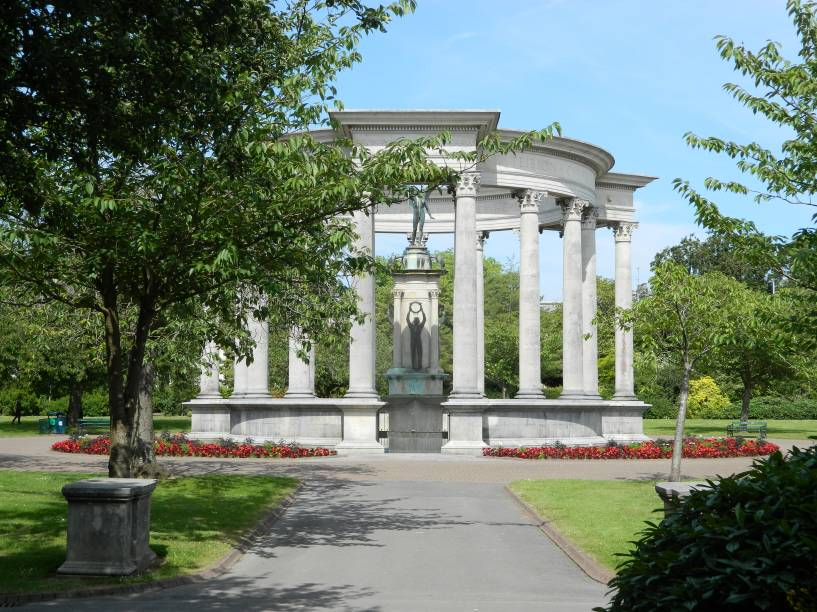 Situado no Cathays Park, em Cardiff, o National War Memorial homenageia os galeses mortos durante a Primeira e a Segunda Guerra Mundial