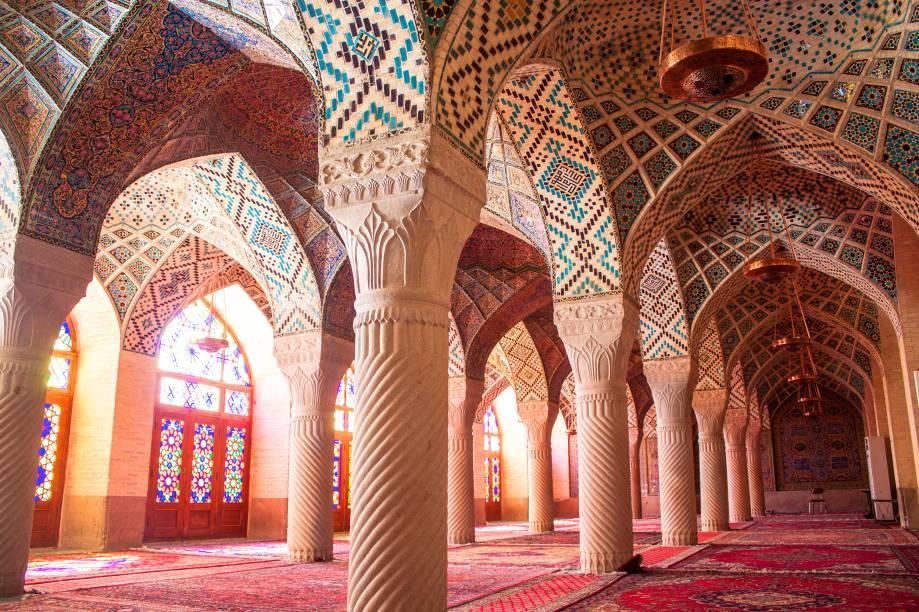 Também conhecida como Mesquita Rosa de Shiraz devido aos seus azulejos predominantemente desta cor, seus belíssimos vitrais (pouco usuais na arquitetura islâmica) colorem paredes e piso à medida que o sol se movimenta. Murquanas, nichos arquitetônicos decorados, são trabalhos à parte, intensamente trabalhados e com uma riqueza de detalhes de deixar qualquer um boquiaberto. Foi construída de 1876 a 1888