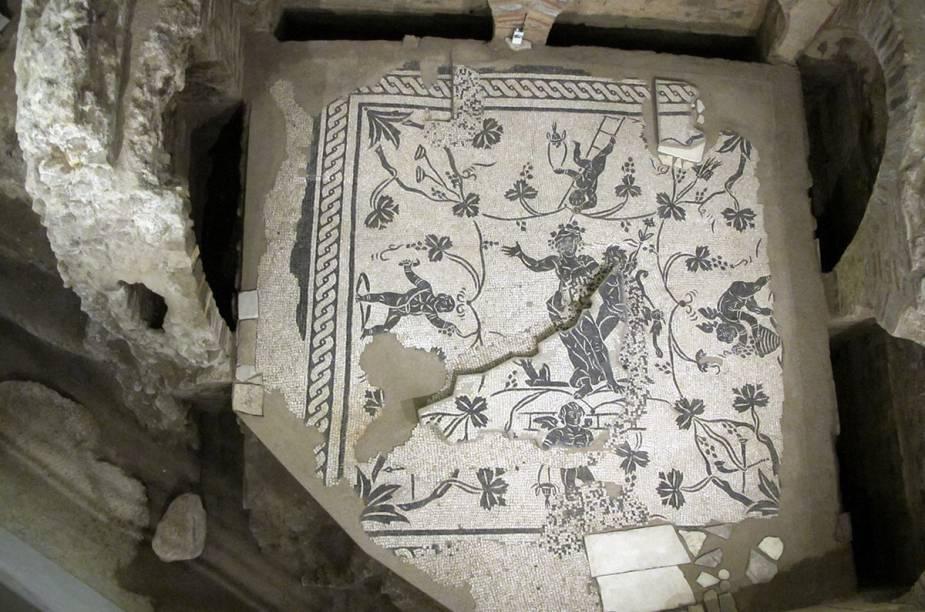 Dá pra ver os mosaicos da Necrópole da Via Triumphalis