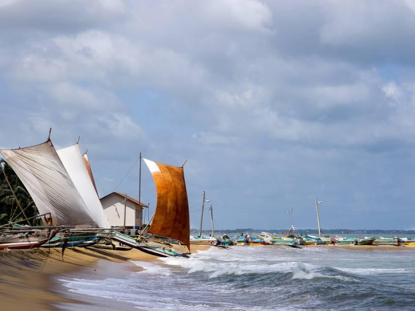 Barcos pesqueiros em Negombo, oeste do Sri Lanka