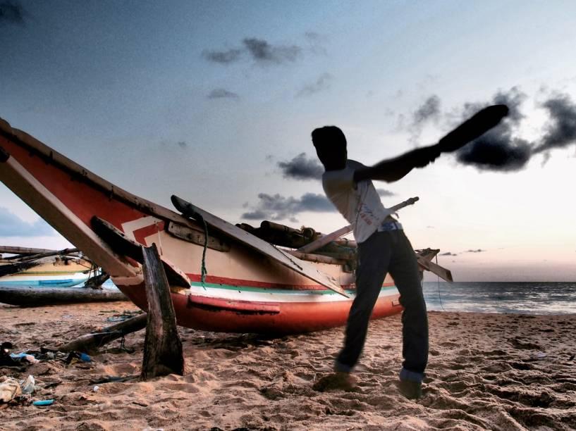 """O críquete, esporte que deu origem ao nosso """"taco"""", é um dos esportes favoritos do cingaleses, que são uma potência na modalidade. É possível ver gente praticando o esporte por todo o país, como aqui, numa praia em Negombo"""
