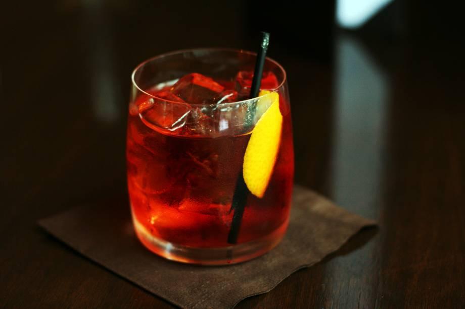 """<strong>11. Negroni –<a href=""""http://viajeaqui.abril.com.br/cidades/italia-florenca-firenze"""" rel="""" Florença – Itália """" target=""""_blank"""">Florença – Itália</a></strong>    Resultado de uma mistura de três bebidas alcoólicas amargas, é considerado o drink oficial dos bartenders por causa de seu grau alcoólico e por ser difícil preparar um negroni bem feito. Sem açúcar, limão nem gelo para amenizar os sabores fortes, é preciso usar bebidas de qualidade para sair bom. Esse grau de exigência só poderia mesmo ter sido criado em Florença, cidade de forte tradição em apreciação estética que pode ser notada no belo acervo arquitetônico e artístico da cidade. A tradição conta que o negroni foi inventado em 1919 no Caffè Casoni, que depois deu lugar ao Caffè Giacosa que infelizmente só vende cafés, doces e chocolates. Até que não é uma má combinação para aplacar o amargor e pilequinho de um (ou dois) negronis.    <strong>Experimente em casa:</strong>em um recipiente com gelo, misture 30 ml de gim, 30 ml de vermute doce vermelho e 30 ml de campari. Coe e sirva em um copo baixo de fundo grosso (<em>old fashioned</em>), decore com uma casca de laranja retorcida dentro do copo"""