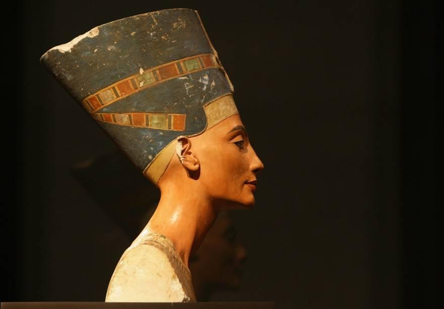 O busto de Nefertiti está no Museu Egípcio de Berlim, dentro do edifício do Neues Musem