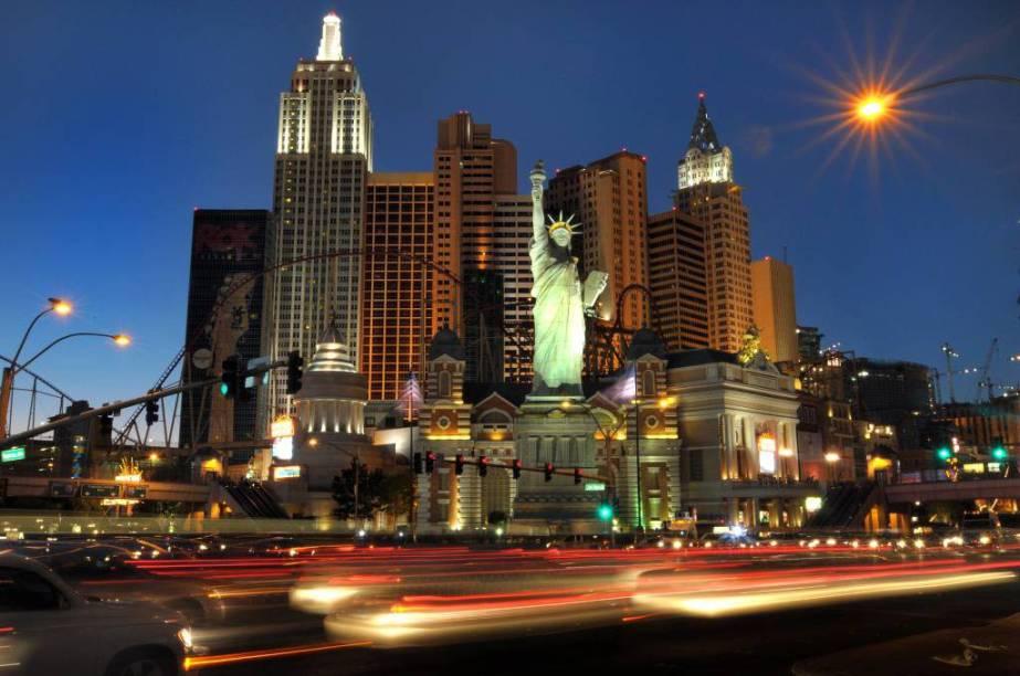 Hotel New York New York, com seus ícones da cidade que nunca dorme na fachada.