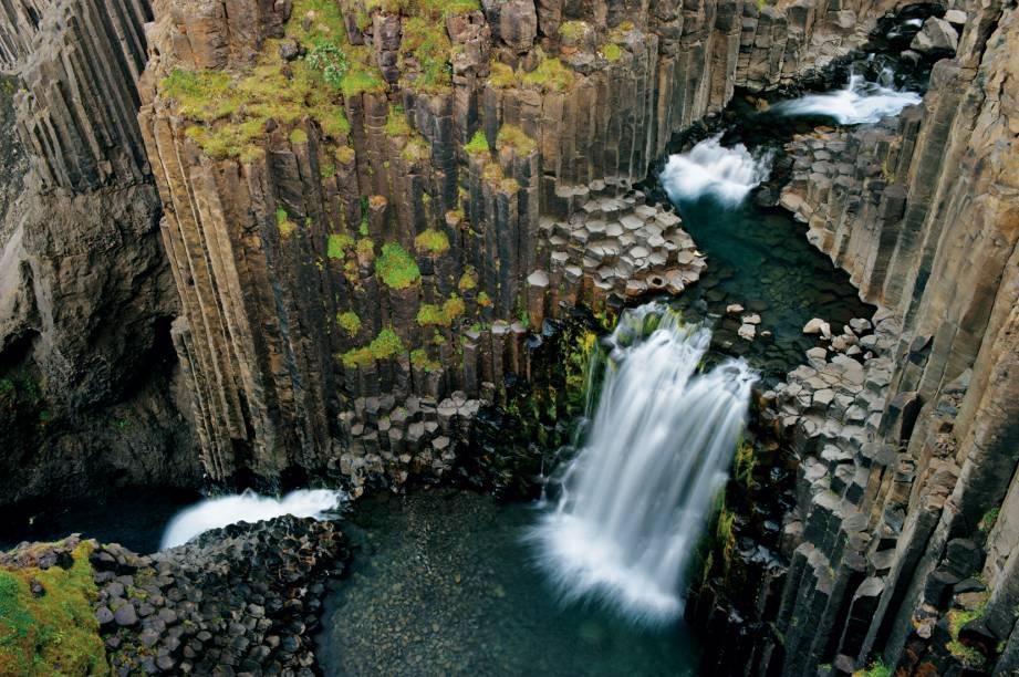 Em Litlanesfoss, a cascata cruza na perpendicular um antigo fluxo de lava que formou colunas ao se resfriar