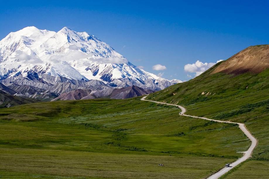"""<strong>Mount McKinley, <a href=""""http://viajeaqui.abril.com.br/paises/estados-unidos"""" rel=""""Estados Unidos"""" target=""""_blank"""">Estados Unidos</a></strong>A mais alta montanha da <strong>América do Norte</strong>, o McKinley, localiza-se no Parque Nacional Denali, no <strong>Alasca</strong>. A paisagem inóspita e selvagem é perfeita para grandes trekkings e viagens de caiaque"""