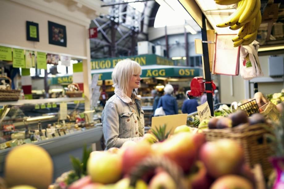 O grande mercado de Gotemburgo encontra-se no Kungstorget, apresentando uma ampla variedade de lojas que vendem ingredientes frescos o ano todo