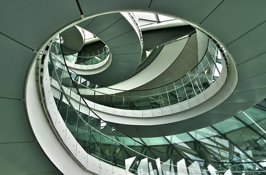 O moderno projeto da prefeitura de Londres, junto à London Bridge, é uma concepção do arquiteto Norman Foster