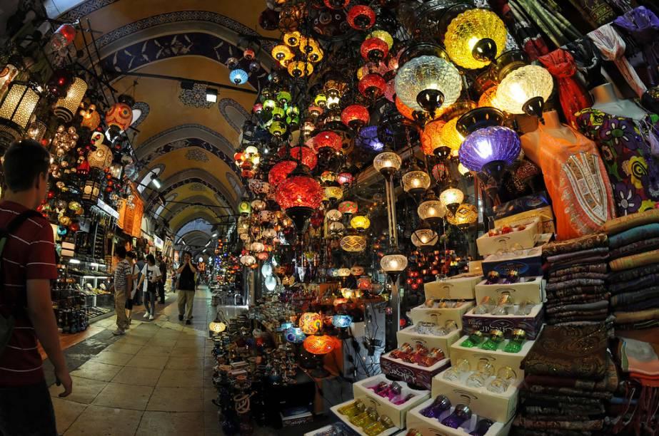 """<strong>Grand Bazaar, Istambul, Turquia</strong> A mãe de todos os mercados. O <a href=""""http://viajeaqui.abril.com.br/estabelecimentos/turquia-istambul-atracao-grande-bazar"""" target=""""_blank"""" rel=""""noopener"""">Grande Bazar </a>de <a href=""""http://viajeaqui.abril.com.br/cidades/turquia-istambul"""" target=""""_blank"""" rel=""""noopener"""">Istambul</a>, o Kapali Carsi, tem mais de três mil lojas, casas de chá, mesquitas, cafés e restaurantes, espalhados por mais de 300 mil metros quadrados. Ou seja, é muito maior que boa parte dos mais amplos shopping centers brasileiros. Ao seu tempo, sua estrutura coberta com elegantes arcos e abóbadas organizaram o comércio na capital turca, amalgamando diferentes lojas de tecidos, especiarias, joias e muito mais"""