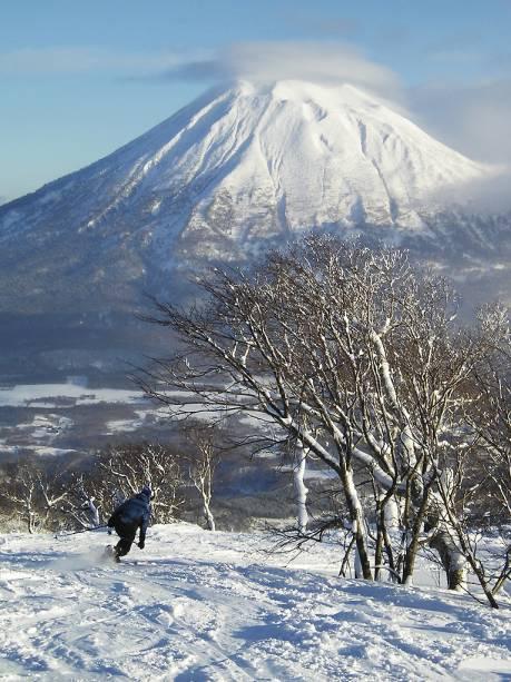 <strong>Niseko, Japão</strong><br />        As montanhas da ilha japonesa Hokkaido são reconhecidas mundialmente por ter os flocos de neve mais consistentes e leves da Terra. Niseko se destaca por quatro resorts independentes e interconectados que circundam os 1.307 metros do Monte Niseko Annupuri. A cidade é facilmente acessada de carro das bases dos resorts, e é possível esquiar à noite. Luzes potentes como as de estádios de futebol iluminam 780 metros verticais de descidas