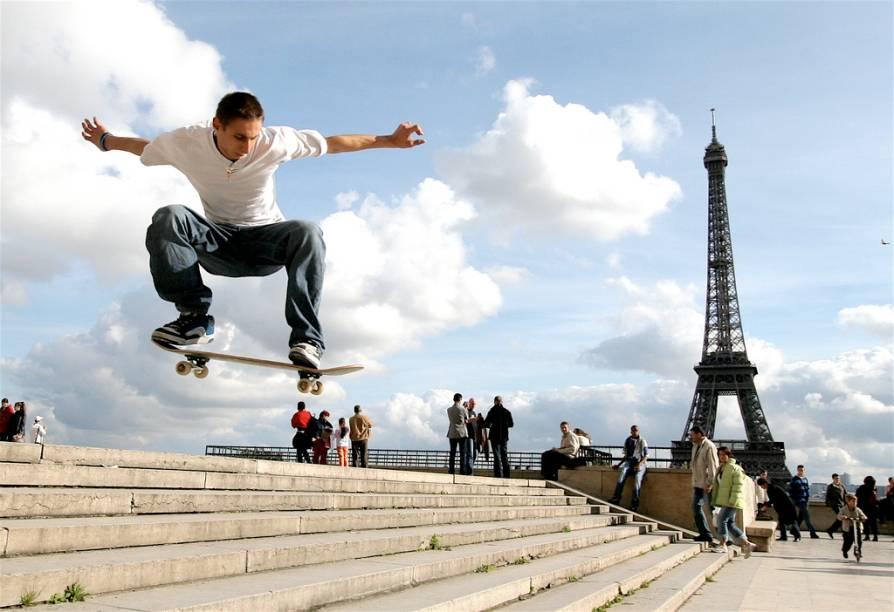 Skatista na Esplanada do Trocadéro, em Paris, defronte à torre Eiffel