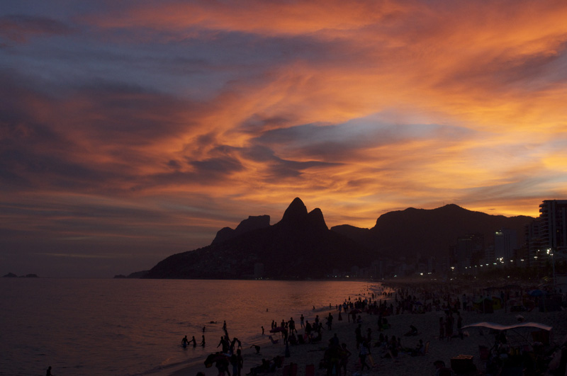 Crepúsculo na praia de Ipanema, no Rio de Janeiro