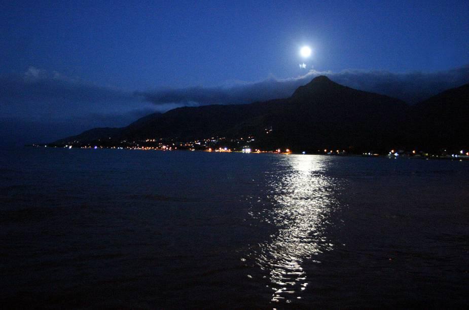 Noite de luar ilumina o canal entre Ilhabela e São Sebastião; provavelmente essa será a sua primeira impressão da cidade ao cruzar o canal de balsa na sexta à noite, para passar um fim de semana