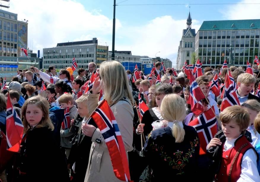 No dia 17 de Maio a população de Oslo toma de assalto as ruas da cidade, quase todos vestindo suas melhores roupas – homens de paletó e gravata, mulheres com trajes típicos. Em uma grande onda de gente, todos acorrem ao Palácio Real para a comemorar a assinatura da Constituição da Noruega, que declarava o país independente da Suécia, em 1814. A família real, em retribuição, saúda o povo.Especialmente curiosa é a parada com crianças e estudantes, todos com a bandeira do país em mãos.