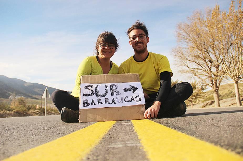 """Olha o casal na <a href=""""http://viajeaqui.abril.com.br/paises/argentina"""" rel=""""Argentina"""" target=""""_blank""""><strong>Argentina</strong></a> pedindo uma carona para cruzar a <a href=""""http://viajeaqui.abril.com.br/cidades/ar-patagonia"""" rel=""""Patagônia"""" target=""""_blank"""">Patagônia</a>"""