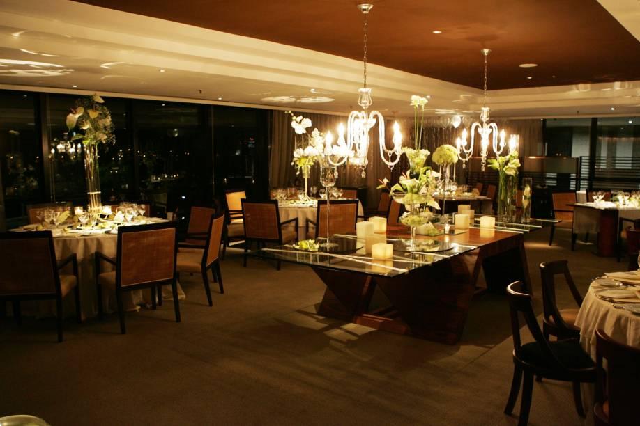"""<a href=""""http://viajeaqui.abril.com.br/estabelecimentos/br-ce-fortaleza-restaurante-nostradamus-hotel-gran-marquise"""" rel=""""Nostradamus""""><strong>Nostradamus </strong></a>(em Mucuripe)<br />    <br />    Dentro do melhor hotel da cidade, o Gran Marquise, o restaurante Nostradamus tem um ambiente refinado, com iluminação a velas e vista para o mar. Estrelado pelo GUIA QUATRO RODAS, tem cozinha variada, que adota ingredientes regionais, em receitas como a cauda de lagosta acompanhada de arroz piemontês e os camarões com uvas verdes"""