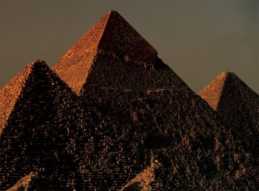 Três gerações de egípcios ergueram em Gizé um conjunto de pirâmides, há mais de 4 mil anos. Hoje, as construções, apesar de deterioradas, fascinam os visitantes pela grandiosidade