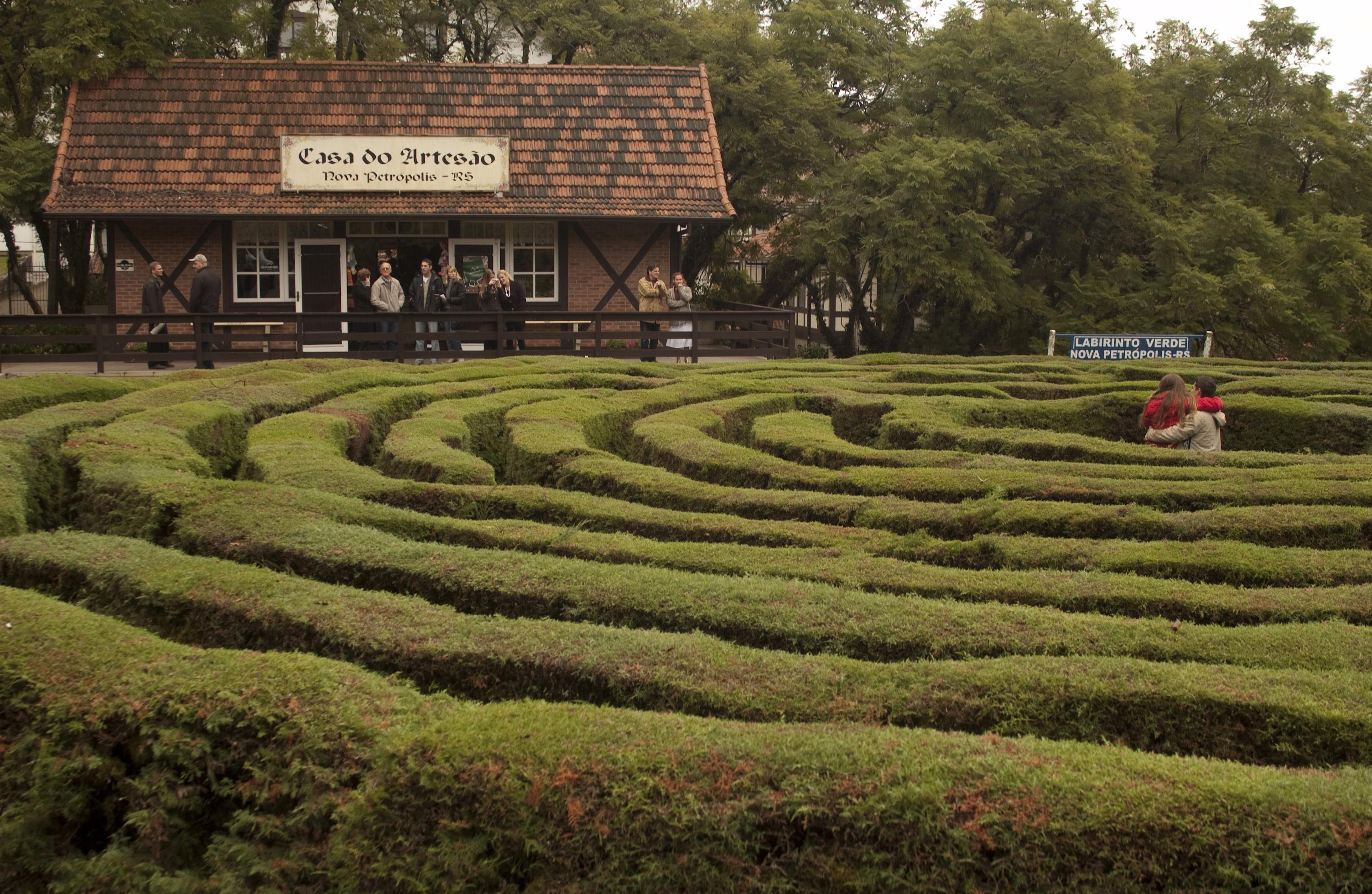Labirinto Verde ou Praça do Labirinto. Casa do Artesão ao fundo, na Serra Gaúcha