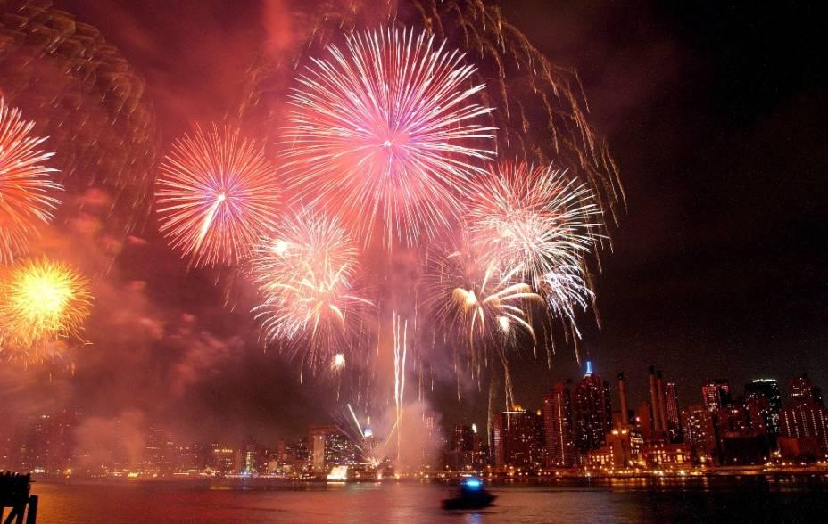 """Seja em Manhattan, <a href=""""http://viajeaqui.abril.com.br/cidades/estados-unidos-nova-york"""" target=""""_blank"""">Nova York </a>(foto), ou em pequenos vilarejos do Kentucky, fogos de artifício, quermesses e bandas animam o clima do Independence Day. Em 4 de Julho de 1776, os <a href=""""http://viajeaqui.abril.com.br/paises/estados-unidos"""" target=""""_blank"""">Estados Unidos </a>declararam independência da Grã-Bretanha, um processo que levaria alguns anos (e batalhas) para se consolidar. Neste dia o patriotismo americano vai ao máximo, com bandeiras hasteadas nos quintais"""