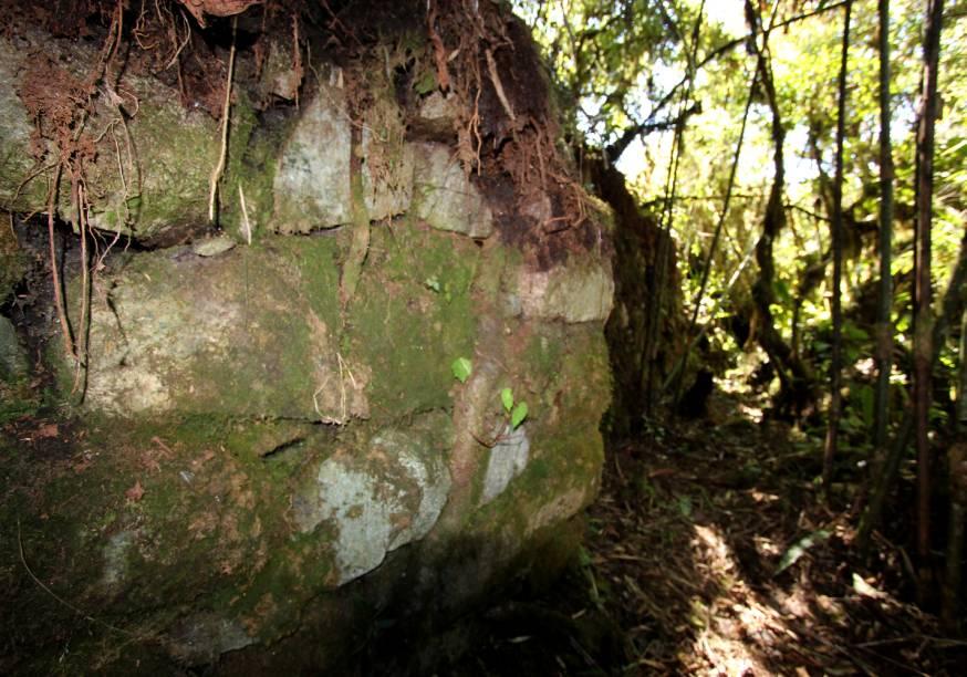 Muro de contenção do caminho com pedras geometricamente esculpidas