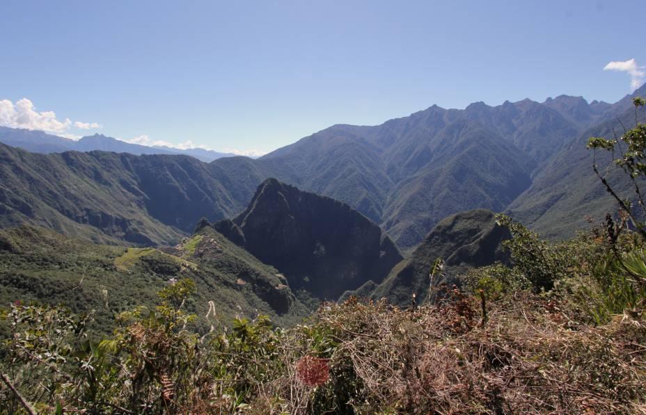 A esquerda é possível observar Machu Picchu sob a perspectiva do trecho recém-descoberto da Trilha Inca
