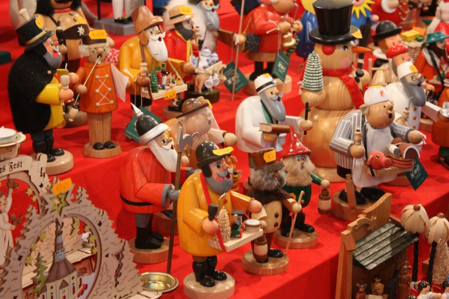 """<strong>7. <a href=""""http://viajeaqui.abril.com.br/cidades/alemanha-nuremberg"""" rel=""""Nuremberg"""">Nuremberg</a></strong>Lá você pode encontrar um objeto tipicamente alemão: <em>nussknacher</em>, também conhecido comoquebra-nozes. Para não comprometer a tradição, ele é feito em madeira e representa profissões variadas. No século 19, era a forma encontrada pelos lenhadores para expressar críticas ou queixas contra as pessoas públicas da região, como reis e soldados, ridicularizados nas pequenas figuras. Pragmáticos, os alemães deram logo uma utilidade aos bonecos: quebrar nozes.<a href=""""http://www.booking.com/city/de/nurnberg.pt-br.html?aid=332455&label=viagemabril-natalalemanha"""" rel=""""Veja hotéis em Nuremberg no booking.com"""" target=""""_blank""""><em>Veja hotéis em Nuremberg no Booking.com</em></a>"""