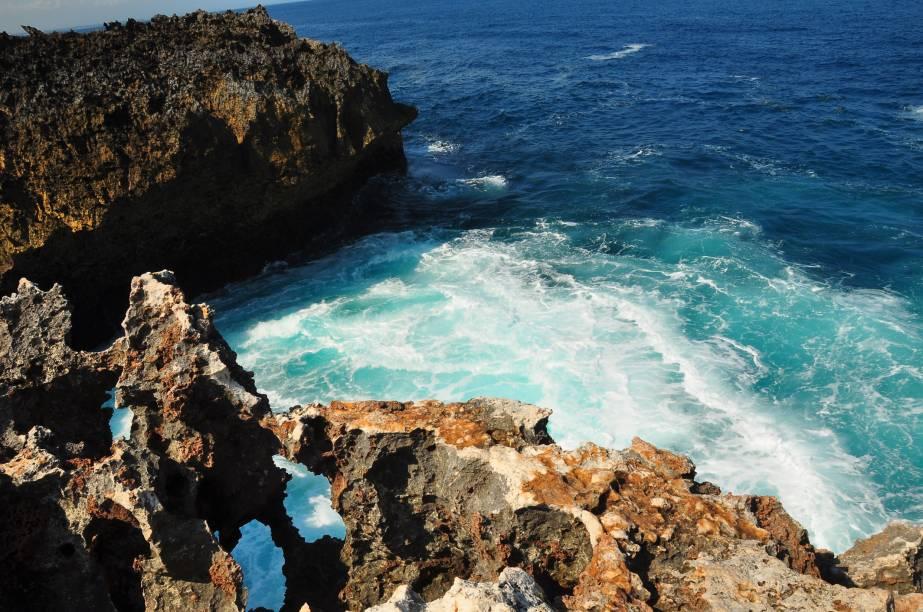 """<strong>Nusa Dua Beach, <a href=""""http://viajeaqui.abril.com.br/paises/indonesia"""" rel=""""Indonésia"""" target=""""_self"""">Indonésia</a></strong>Protegida por recifes, a praia é um dos melhores destinos da Indonésia graças ao seu mar de águas calmas, ideal para famílias com crianças. A região ainda conta com boa estrutura de hotéis, resorts, bares e restaurantes<em><a href=""""http://www.booking.com/city/id/nusa-dua-id.pt-br.html?aid=332455&label=viagemabril-praias-da-malasia-tailandia-indonesia-e-filipinas"""" rel=""""Veja preços de hotéis em Nusa Dua no Booking.com"""" target=""""_blank"""">Veja preços de hotéis em Nusa Dua no Booking.com</a></em>"""
