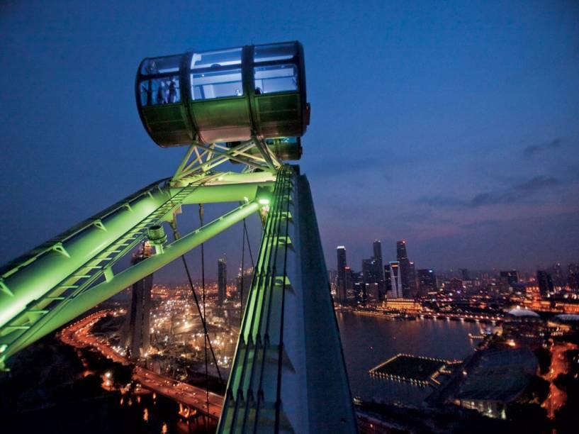 No Singapore Flyer, a maior roda-gigante do mundo, você pode jantar por 1.000 dólares em uma cápsula, com direito a mordomo, desfrutando de uma vista equivalente ao 40º andar de um prédio. Em 50 anos, essa ilha plana, que abriga uma cidade-Estado, floresceu em uma zona decadente ao redor de um porto colonial britânico