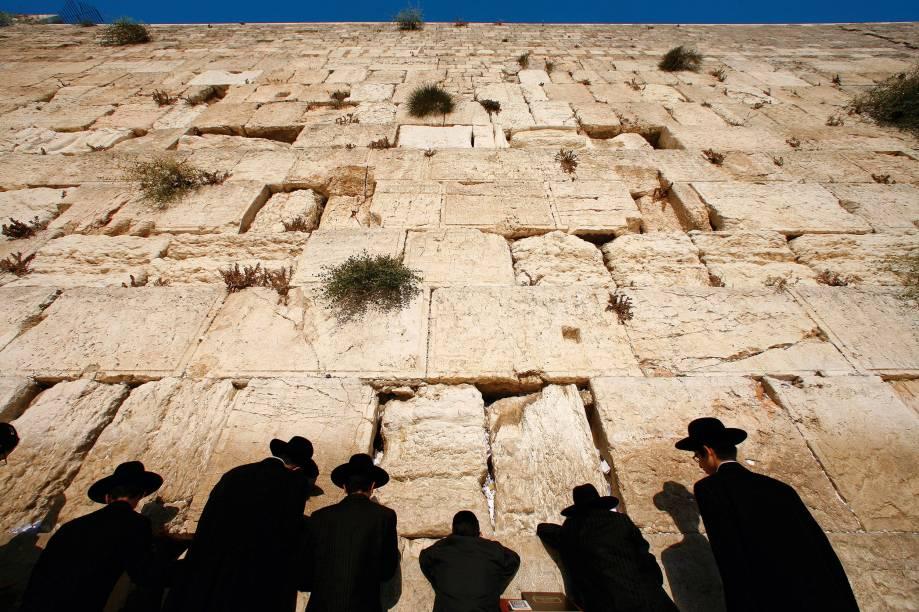 <strong>1. Jerusalém, Israel</strong>Sagrada para judeus, cristãos e muçulmanos, a cidade reúne patrimônios como o Muro das Lamentações, uma ruína do lendário Templo de Salomão; a Igreja do Santo Sepulcro, erguida no lugar onde Jesus foi sepultado; e o Monte do Templo, de onde o profeta Maomé ascendeu aos céus. Por essas, é ponto sacrossanto do turismo religioso