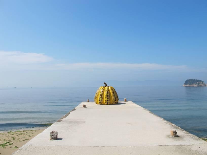 """A """"Abóbora Amarela"""", de Yayoi Kusama, é uma das obras de arte mais famosas da ilha de Naoshima, no Japão"""
