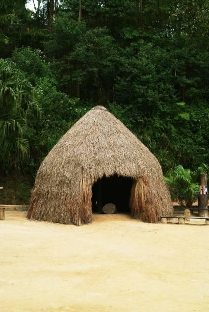 """<strong><a href=""""http://viajeaqui.abril.com.br/paises/brasil"""" rel=""""Brasil"""" target=""""_blank"""">Brasil</a>: ocas</strong>O Brasil tem mais de 500 anos nas costas, mas muito da nossa arquitetura foi herdada das várias diferentes culturas que modelaram a nossa própria. Um exemplar autêntico do país só poderia vir da tradição indígena, que é ancestral na nossa terra. Graças às florestas e ao clima tropical, essa população precisou achar uma solução para ter casas arejadas com os materiais a disposição: taquaras, folhas, palha e troncos de árvores"""