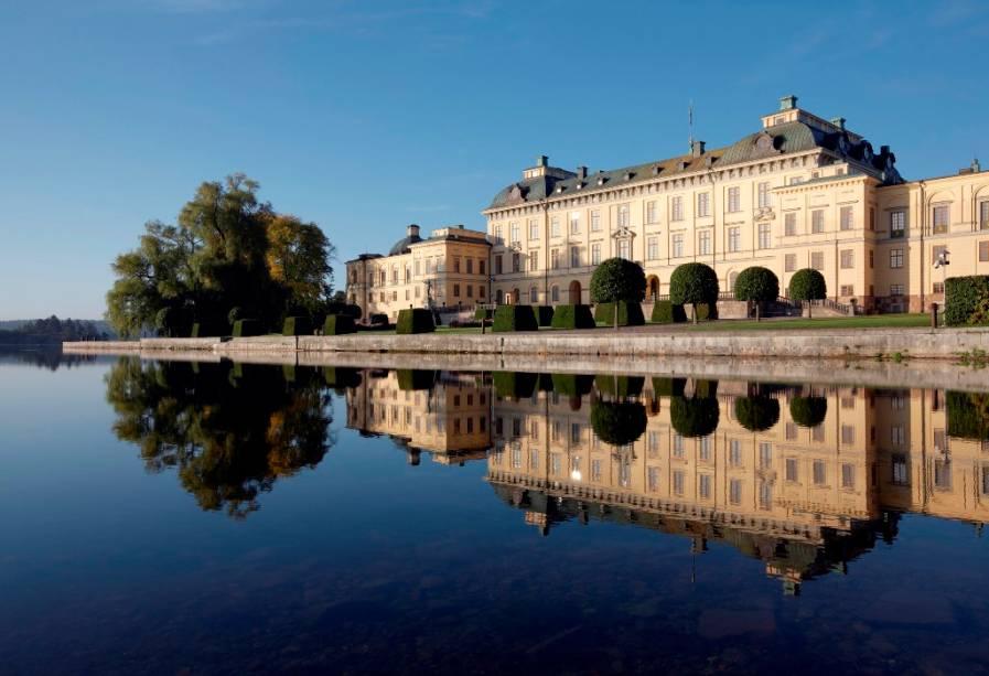 Patrimônio da humanidade listado pela Unesco, o Palácio Drottningholm, em Estocolmo, é a residência oficial da monarquia sueca cuja dinastia corrente, a Bernadotte, iniciou-se no século 19 com o marechal napoleônico Carlos XIV João