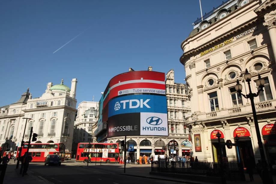 O Picadilly Circus é um dos mais movimentados cruzamentos de Londres, repleto de boas lojas, restaurantes e teatros