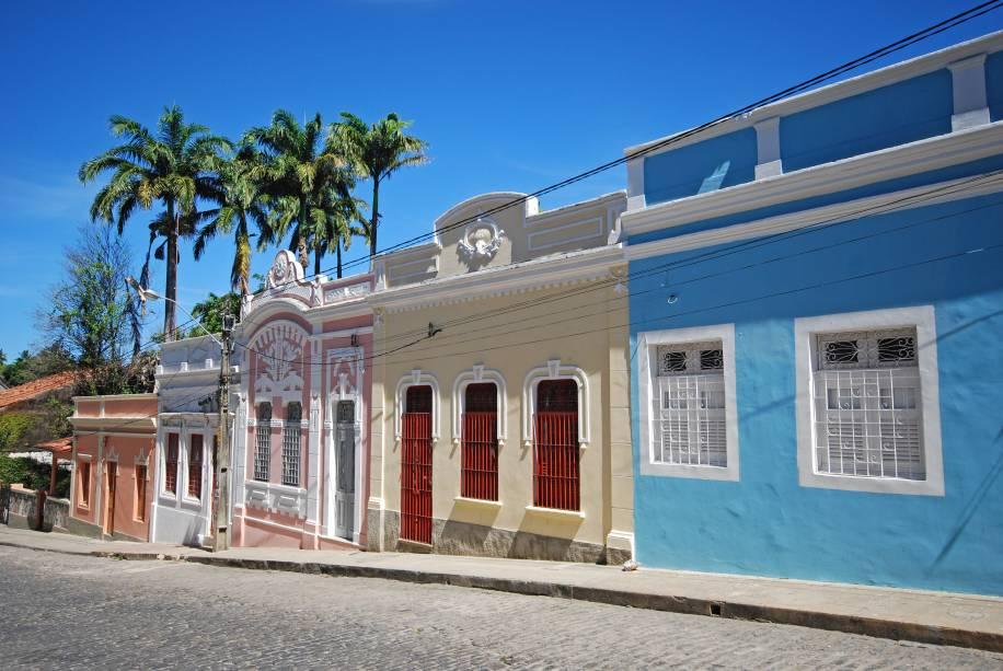 """<strong>Centro Histórico de Olinda, Pernambuco</strong> Erguida pelos portugueses em 1535 no alto de morros que dão uma visão estratégica para o Oceano Atlântico e para o porto, Olinda foi um importante entreposto na época da exploração da cana-de-açúcar- época que durou quase dois séculos. Suas ruelas pontilhadas por casinhas com fachadas coloridas vão dar no ponto mais alto da cidade - a Catedral Alto da Sé, de onde se vê todo o arredor e de onde pode-se partir para mais uma incursão pelos jardins dos conventos, pelas capelinhas e pelas igrejas espalhadas por toda a cidade.<a href=""""https://www.booking.com/searchresults.pt-br.html?aid=332455&sid=605c56653290b80351df808102ac423d&sb=1&src=index&src_elem=sb&error_url=https%3A%2F%2Fwww.booking.com%2Findex.pt-br.html%3Faid%3D332455%3Bsid%3D605c56653290b80351df808102ac423d%3Bsb_price_type%3Dtotal%26%3B&ss=Olinda%2C+Pernambuco%2C+Brasil&checkin_monthday=&checkin_month=&checkin_year=&checkout_monthday=&checkout_month=&checkout_year=&no_rooms=1&group_adults=2&group_children=0&b_h4u_keep_filters=&from_sf=1&ss_raw=Olinda&ac_position=0&ac_langcode=xb&dest_id=-657942&dest_type=city&place_id_lat=-7.99864&place_id_lon=-34.84595&search_pageview_id=00f88017700a0277&search_selected=true&search_pageview_id=00f88017700a0277&ac_suggestion_list_length=5&ac_suggestion_theme_list_length=0"""" target=""""_blank"""" rel=""""noopener""""><em>Busque hospedagens em Olinda</em></a>"""